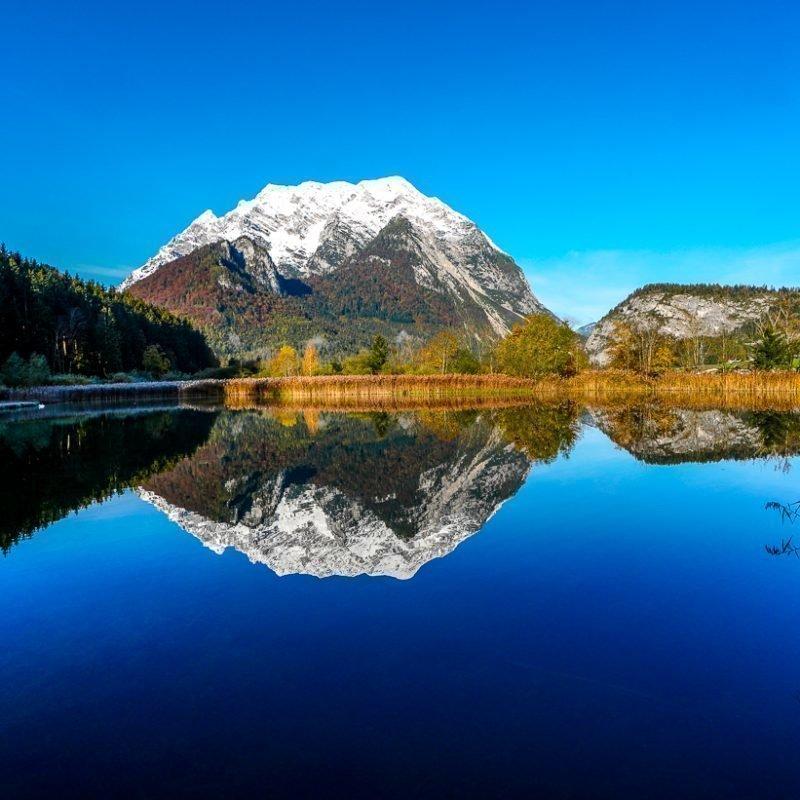Der golden Herbst  – der Grimming im Spiegelbild