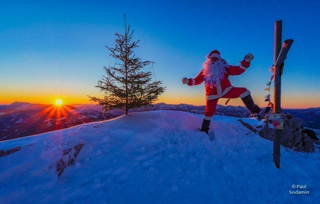 Der Weihnachtsmann am Sparafeld bei Sonnenaufgang im Xeis